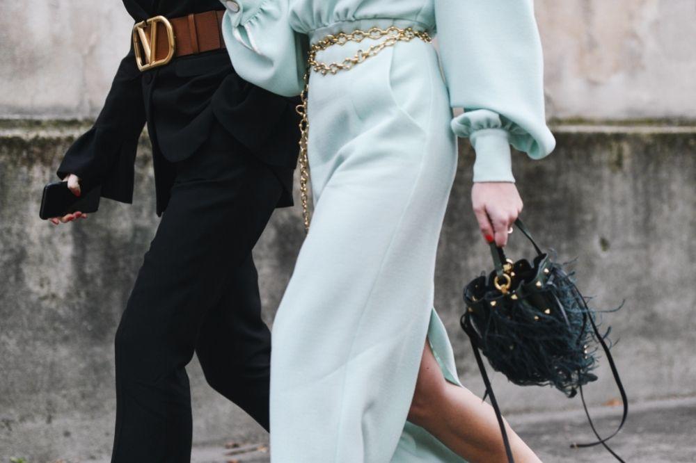 Drapowane sukienki możesz łączyć wiosną i latem 2021 z różnymi akcesoriami