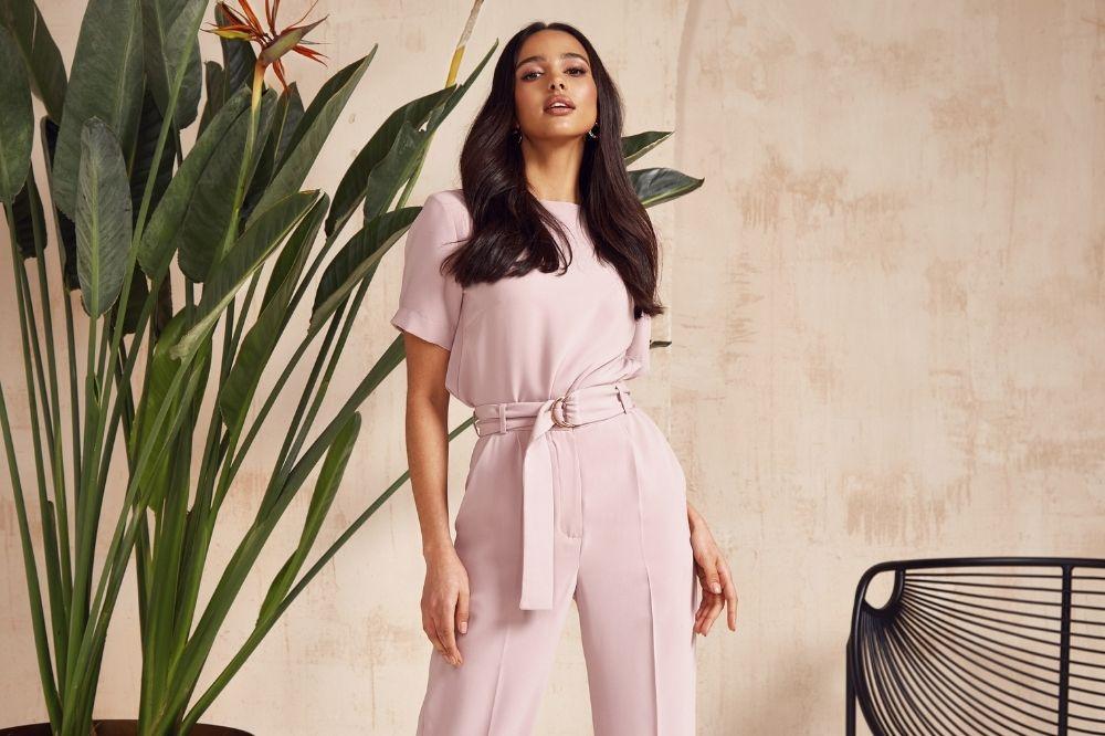 Planując stylizację na komunię ze spodniami, pamiętaj o zasadach dress code'u
