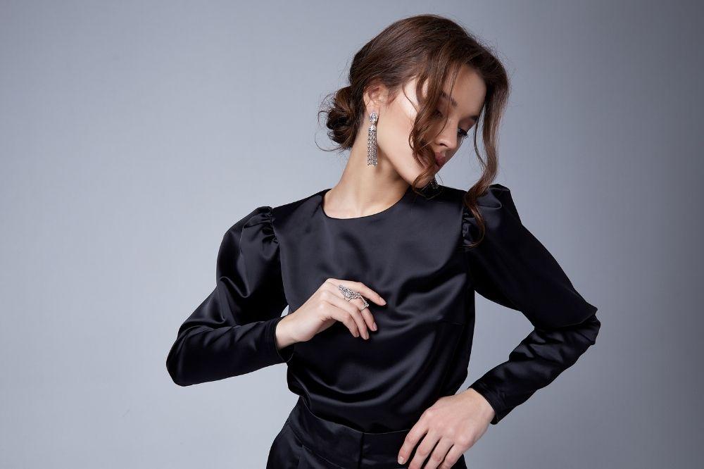 elegancka bluzka damska do pracy musi mieć jednolity, klasyczny kolor