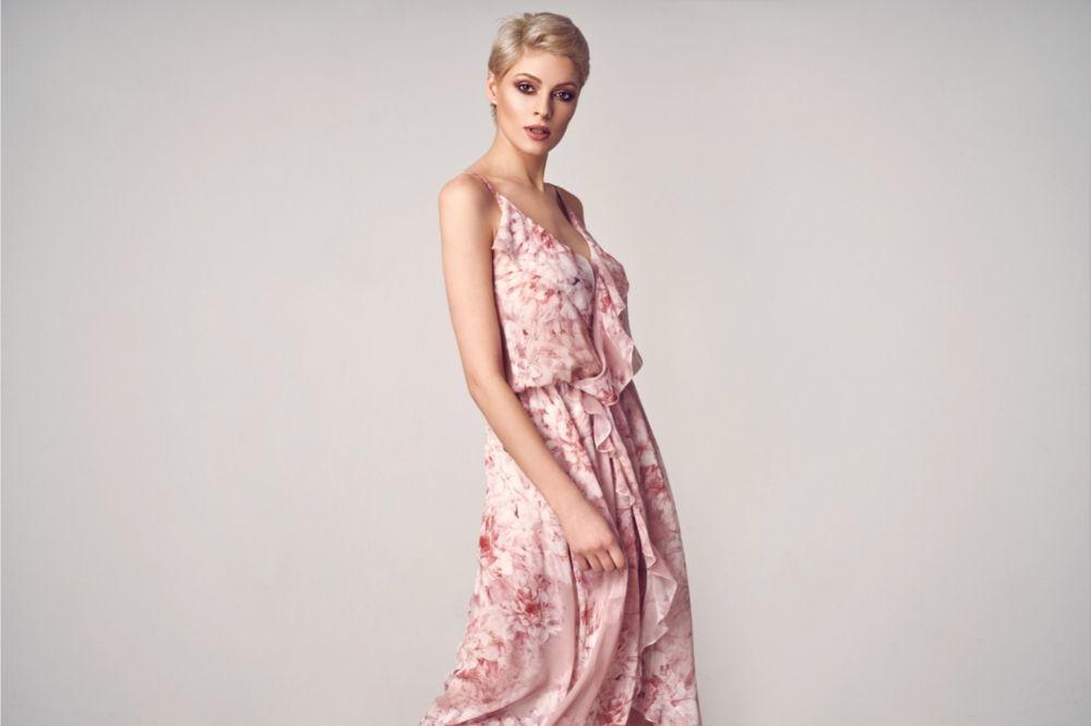 Maxi sukienka to strzał w dziesiątkę na każde wesele latem 2021