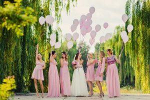 Zobacz, jakie niepowtarzalne sukienki na wesele wybrać w sezonie letnim 2021