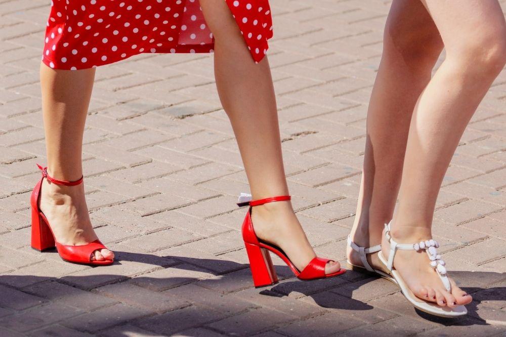 Jakie stylizacje stworzyć z wygodnymi sandałami damskimi?