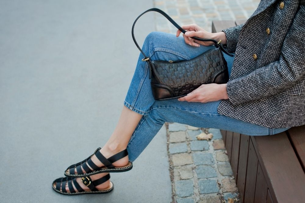 Wygodne sandały damskie pasują znakomicie do stylizacji z jeansami w roli głównej