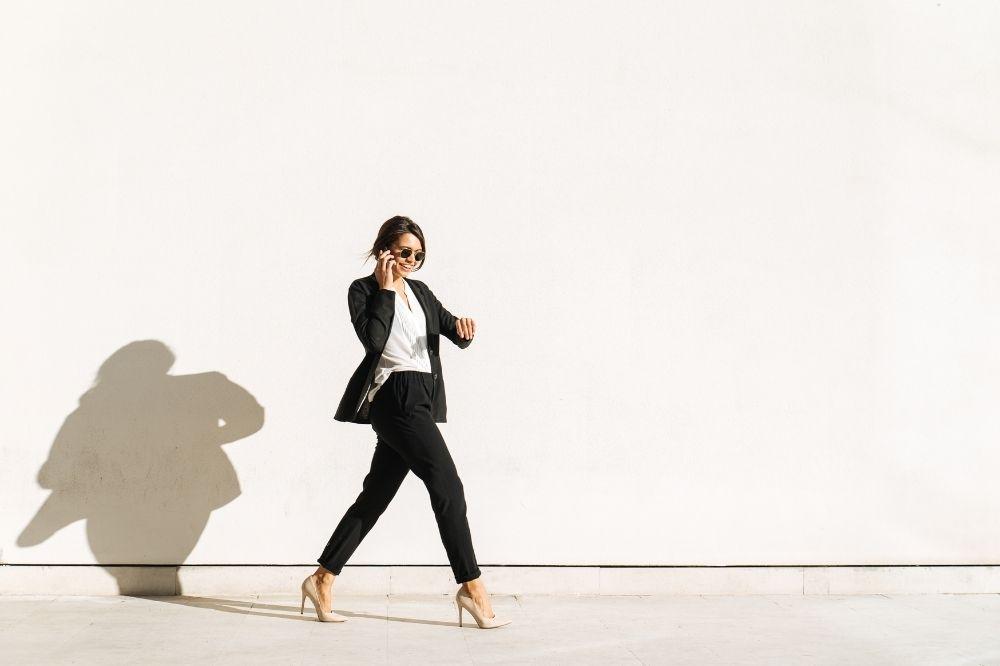 Propozycje stylizacji z eleganckimi bluzkami damskimi do pracy