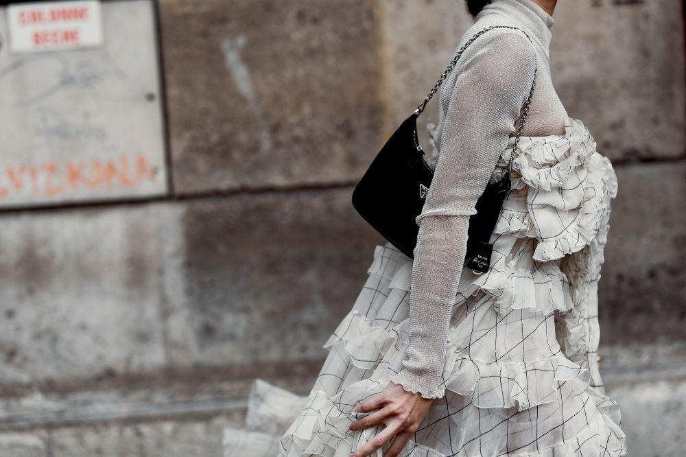 Sukienki z falbankami to świetny pomysł na elegancki look do pracy