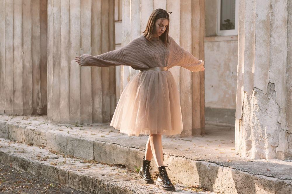 Bluzka do spódnicy tiulowej nie powinna odwracać uwagi od głównej bohaterki tej stylizacji