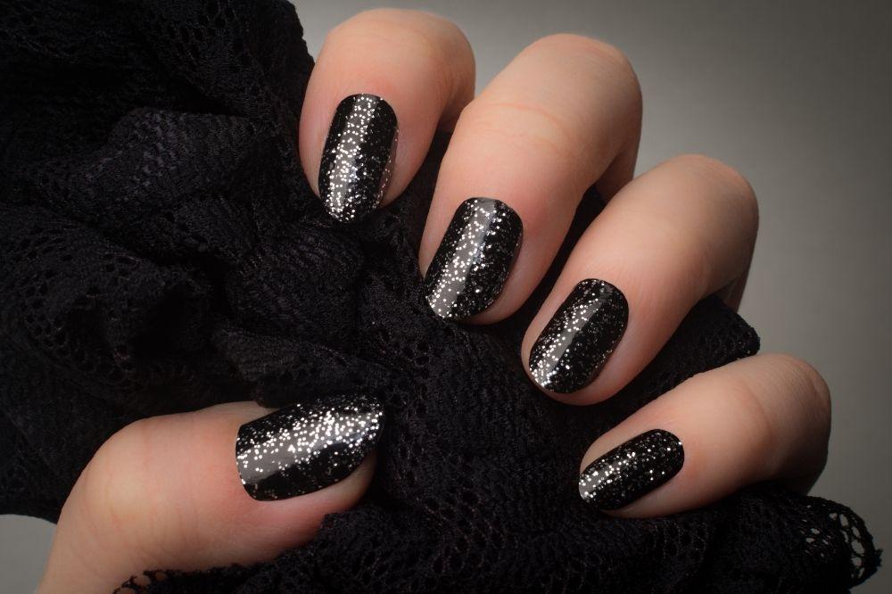 Brokatowe jesienne paznokcie dodadzą blasku każdej stylizacji