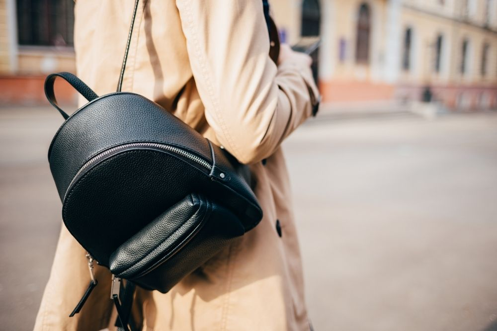 czarne i modne plecaki młodzieżowe to uniwersalny wybór na każdy rok szkolny