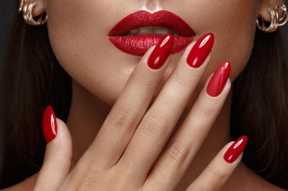 Czerwony jesienny manicure to kwintesencja klasy i kobiecości
