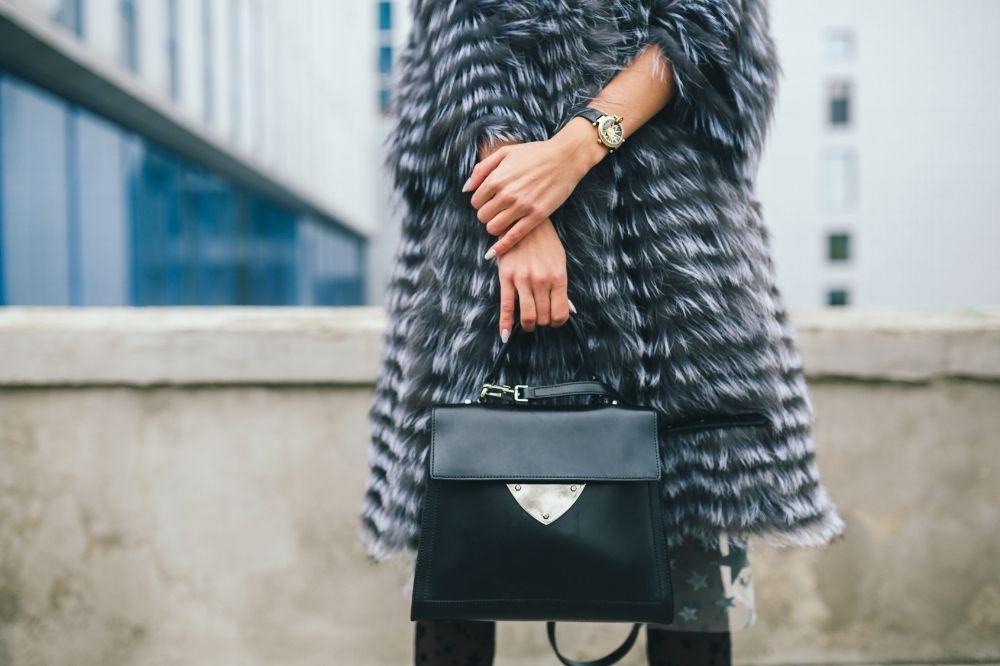 Elegancki płaszcz z futerkiem idealnie dopełni looki na wyjątkowe okazje