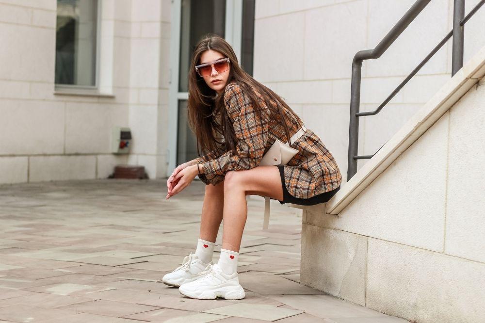 marynarka i krótkie spodenki damskie w połączeniu ze sneakersami tworzą idealny look na co dzień
