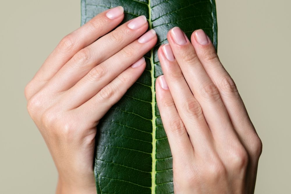 Jesienny manicure w naturalnej odsłonie to dobry pomysł, aby dać paznokciom odpocząć od lakierów