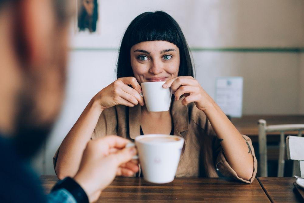 jak ubrać się na randkę w kawiarni