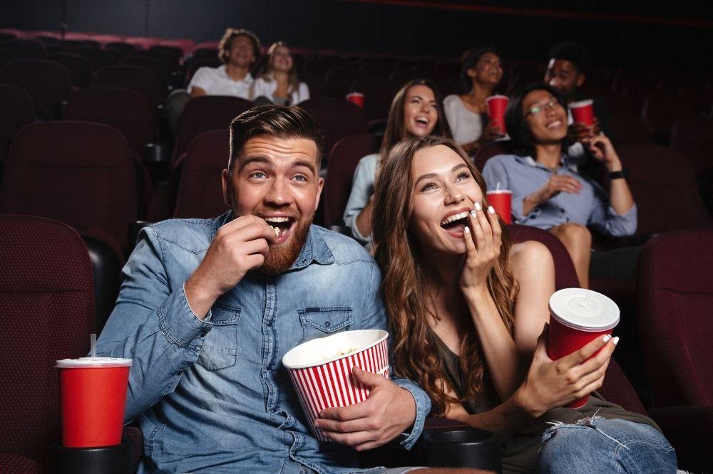 jak ubrać się na randkę w kinie