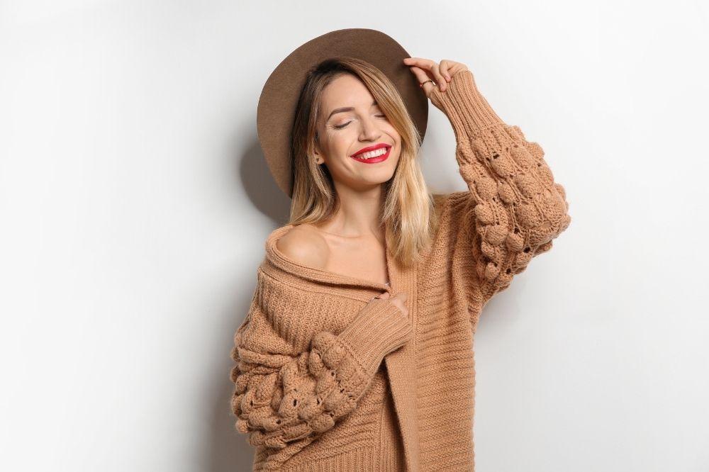 Jak dobrać sweter do typu sylwetki? Porady dla gruszek