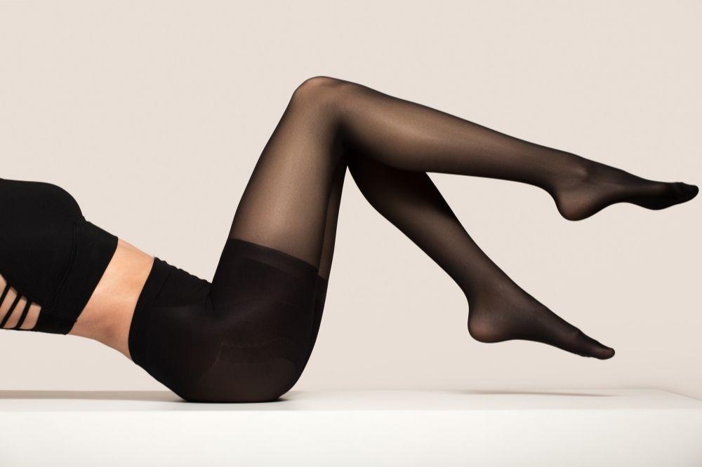 Czarne rajstopy pomogą ci wyszczuplić optycznie nogi