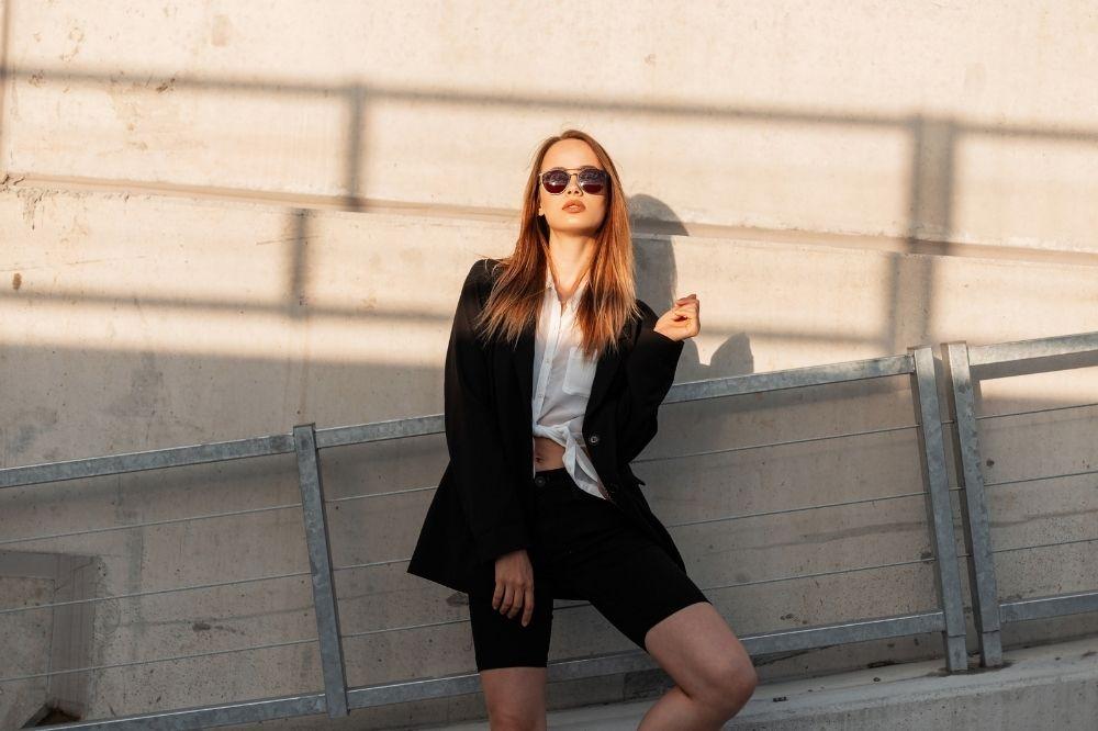 Czarno-białe stylizacje ze spodniami i szortami to idealny wybór na co dzień