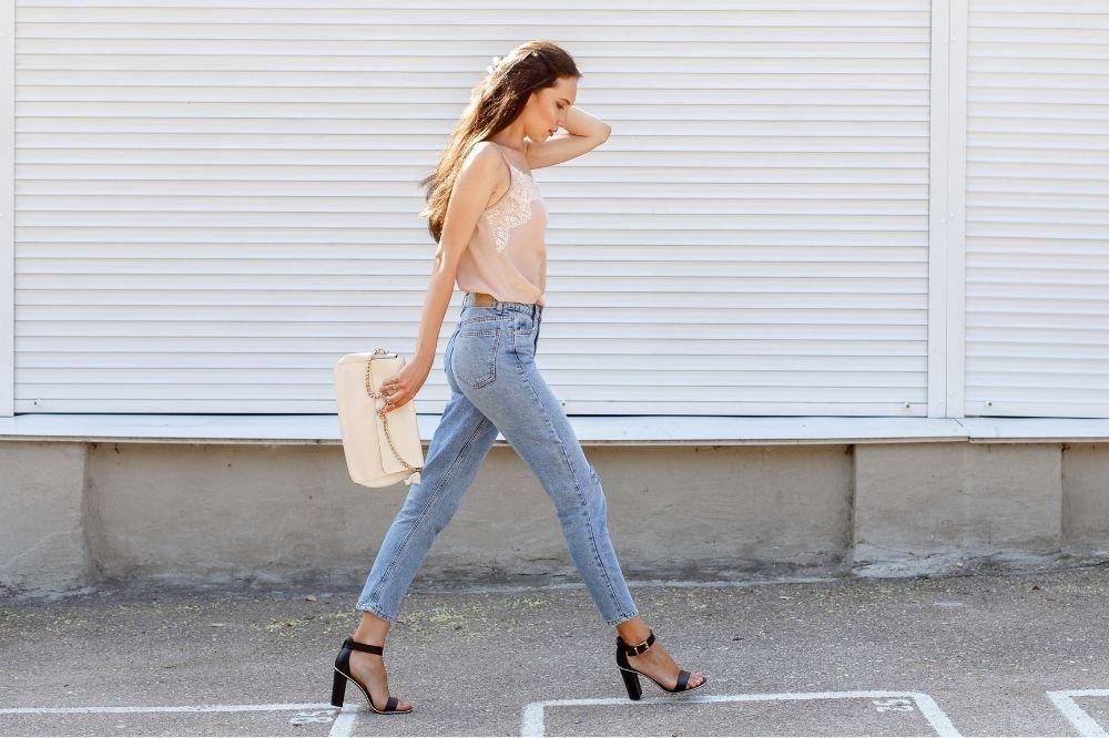 Jak dobrać jeansy do figury typu klepsydra?