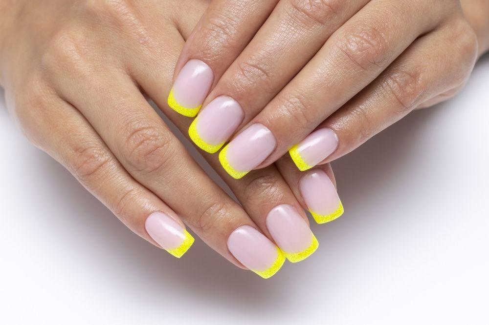 French manicure na jesień 2021 powinien być kolorowy