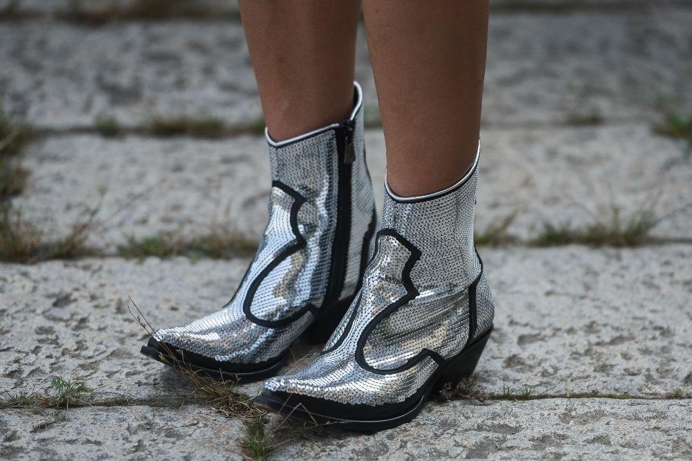 [Buty damskie – jesień-zima 2021/2022] Metaliczne buty to must have w szafie każdej fashionistki
