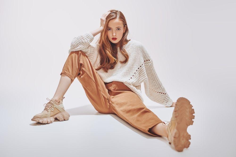 Jak dobrać sweter do typu sylwetki? Kolumny powinny postawić na podkreślenie talii