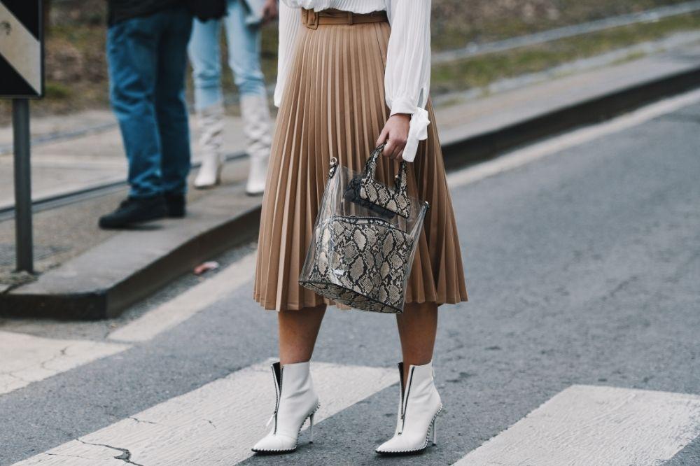 Plisowane spódnice na jesień to ultramodne propozycje, które kupisz za mniej niż 100 zł