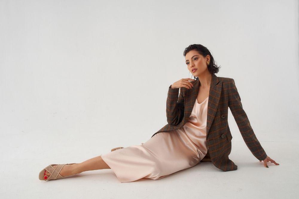 Sukienki na zimę 2022 w wersji slip dresses to moda w ultrakobiecej wersji