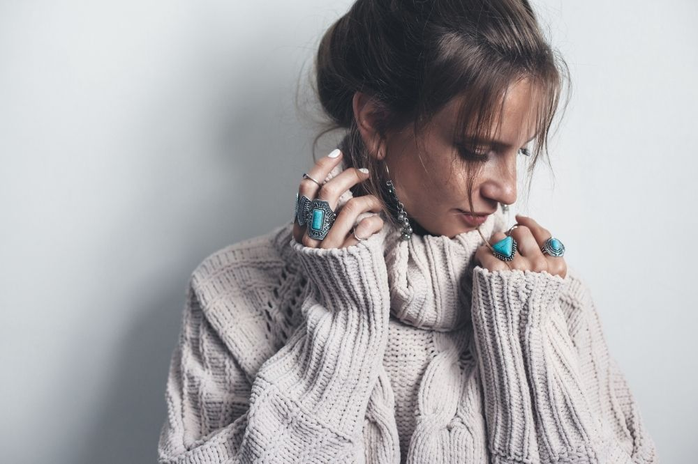 Jak dobrać sweter do sylwetki? Wskazówki dla figury typu jabłko