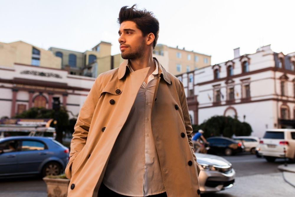 moda męska jesień-zima 2021/2022: nieśmiertelny trencz powraca do trendów