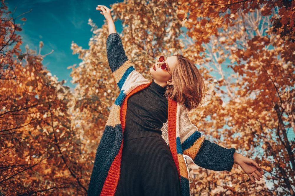 Kardigan to jeden z najmodniejszych swetrów damskich na jesień 2021