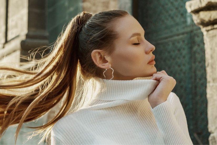 Modne swetry damskie na jesień 2021 – jakie dzianiny wybrać w chłodne dni?