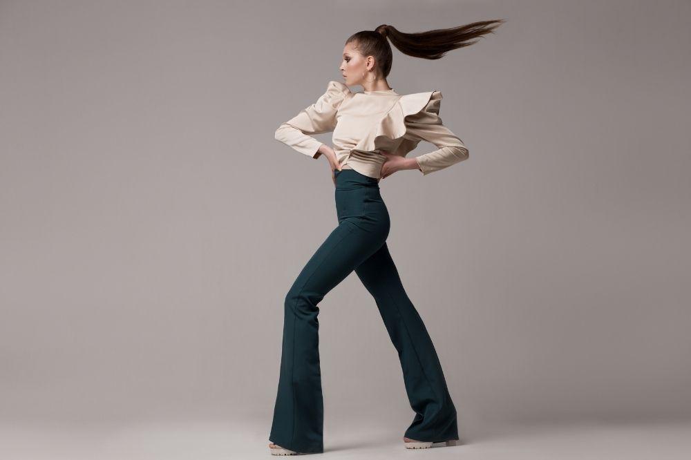 Trendy jesień-zima 2021/2022: Spodnie damskie z szerokimi nogawkami