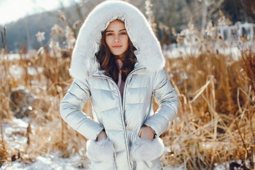 Tanie kurtki zimowe damskie na sezon 2021/2022  – gdzie szukać modnych fasonów za niewysoką cenę?
